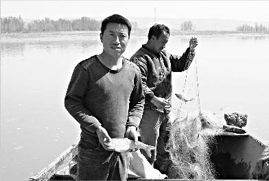 山西河曲县:黄河破凌 开河鱼不好打