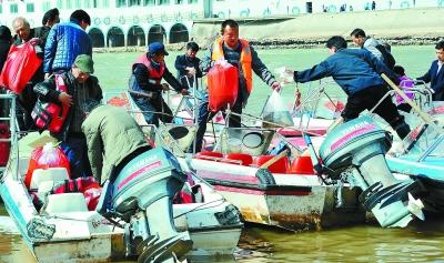 甘肃兰州100多位爱心人士组织黄河放生活动