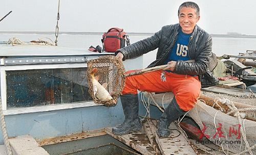 开江啦!黑龙江大庆渔民争抢开江鱼头彩 一条鲤鱼卖了四五百