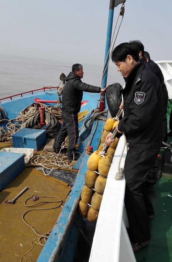 浙江舟山嵊泗县海洋与渔业局对鳗苗捕捞船进行检查