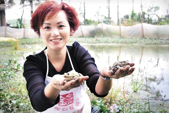 成都新津县80后美女李晓芳养殖青蛙 闯出一片新天地