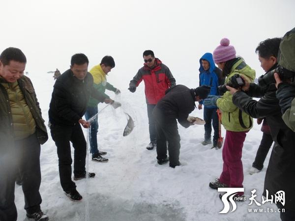 新疆呼图壁县大海子水库举行首届冬捕节