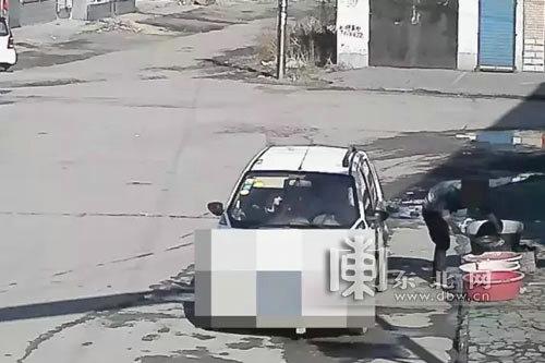 黑龙江牡丹江一男子驾车市场内偷三斤开江鱼被拘