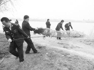 河南南阳查处白河上电打鱼 非法捕鱼者扔下船仓皇而逃