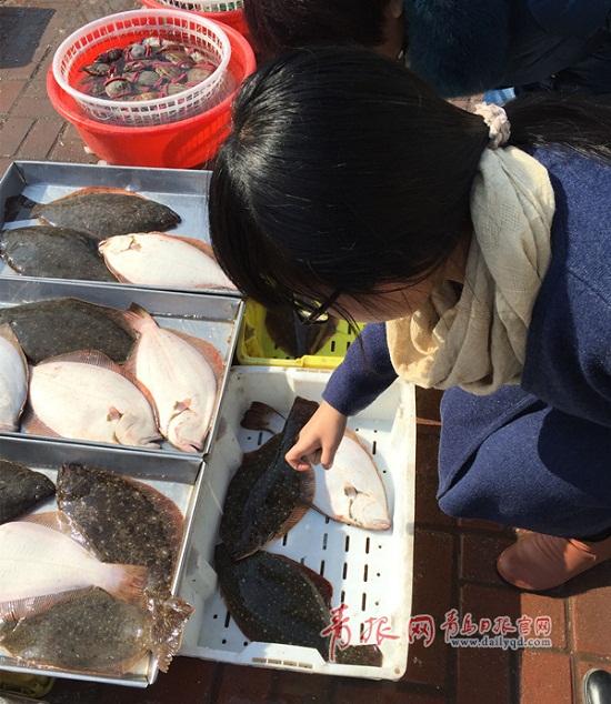 """节前海鲜""""一天一价""""?山东青岛海产品价格稳定 与去年持平"""