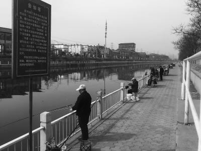 北京通惠河禁钓区 有人仍悠闲钓鱼