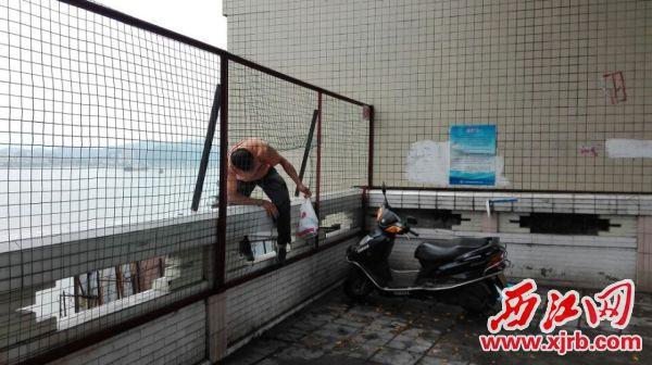 广东肇庆市民跨栏穿网上演危险垂钓