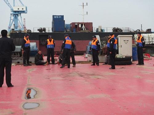 江苏南通市渔政与长航公安联合执法 严打长江违法捕捞