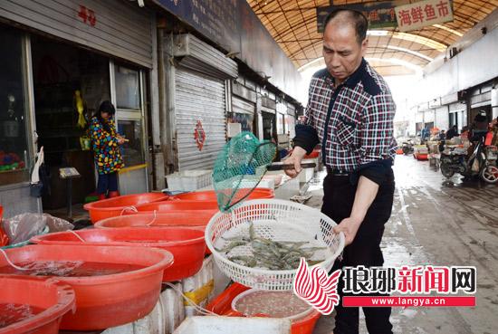 山东临沂:海鲜上市价格高 一只母蟹80元 身价翻一番