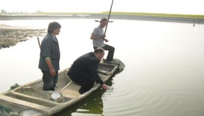 江苏盐城市盐都区北龙港街道渔业技术指导员深入塘口指导